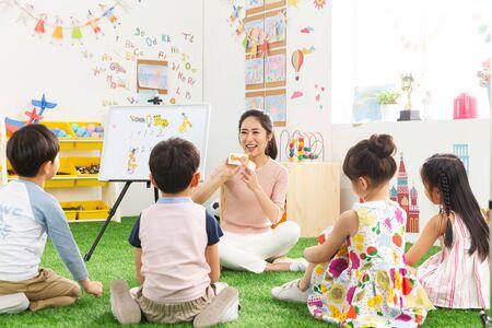 Kleuterjuffen en de kinderen Stockfoto