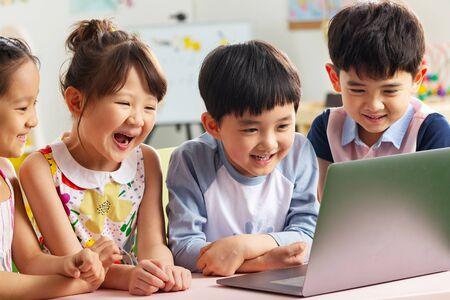 Los niños del jardín de infancia ven el video