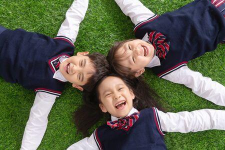 Los alumnos tumbados en la hierba