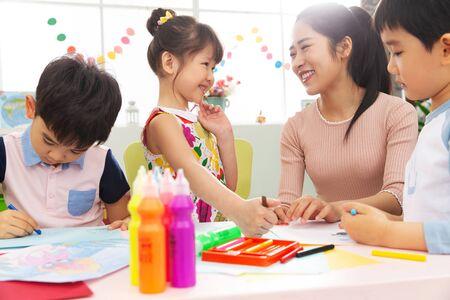 Maestros de jardín de infancia y los niños