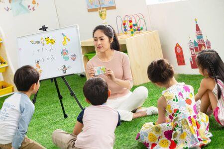 Erzieherinnen und die Kinder