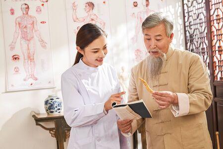 doctor of traditional Chinese medicine Chinese native medicine ingredient 版權商用圖片