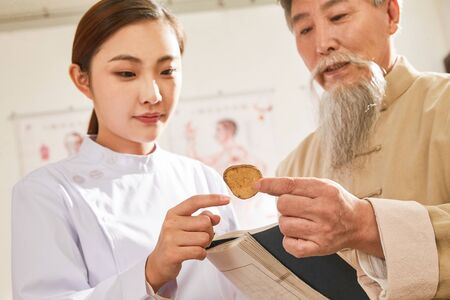 Old to young doctor of traditional Chinese medicine Chinese native medicine ingredient 版權商用圖片