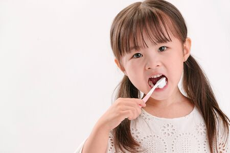 The little girl to brush your teeth