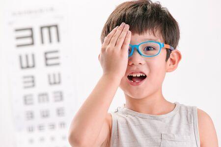The little boy with eye test Standard-Bild