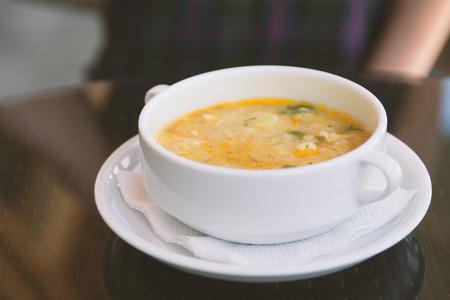 Köstliche hausgemachte Suppe im weißen Teller