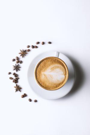 Latte-Kaffee in Milchkaffeetasse mit Teller auf weißem Hintergrund