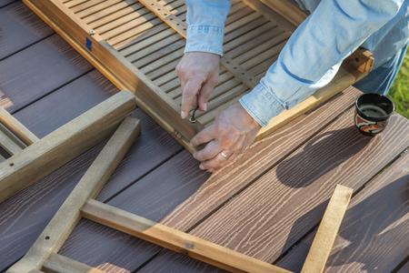 Mann sammelt neue Möbel