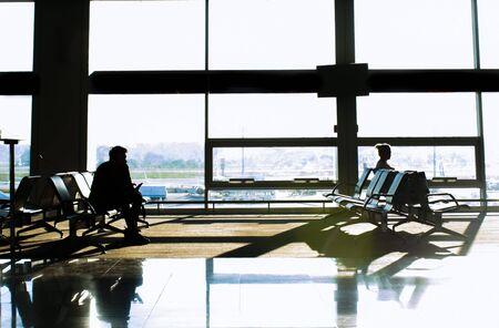 Silhouetten von Passagieren am Flughafen. Reisekonzept