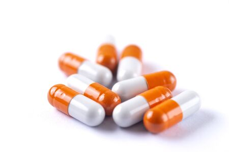 Receta de medicamentos para medicamentos de tratamiento. Medicamento farmacéutico, tema de farmacia, montón de medicamento blanco naranja