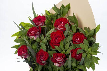 Ramo de flores rosas rojas sobre fondo blanco. de cerca