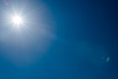 słońce: Słońce i flary w jasne błękitne niebo bez chmur Zdjęcie Seryjne