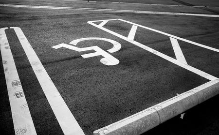 Estacionamientos de vehículos para persona con discapacidad, signo de discapacitados Foto de archivo - 44243452