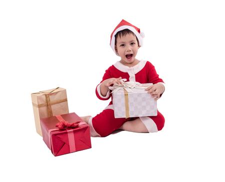 Niño asiático disfrazado de santa claus con cajas de regalo. Aislado con trazado de recorte Foto de archivo - 89325558