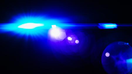 Realistischer Len Flare Glow Lichteffekt auf schwarzem Hintergrund. Optische Flares überlagern oder Bildschirmfiltermatte.