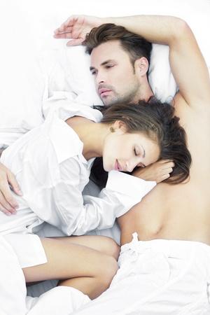 jovenes enamorados: Pareja sensual en la cama
