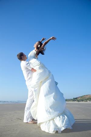 boda en la playa: Atractiva pareja de casados ??felices en la playa