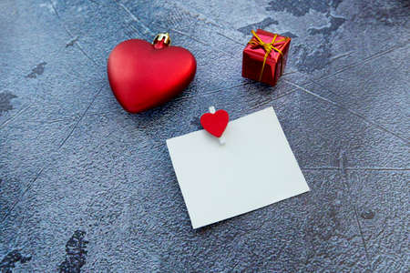 white sticky note with clothespin, gift box and red hearts. High quality photo 版權商用圖片