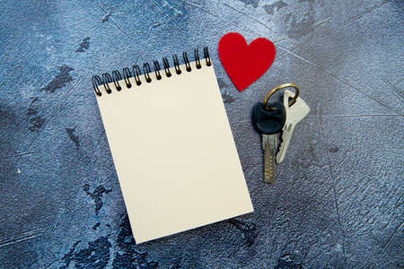 notepad, red heart and valentines day gift keys on gray background. High quality photo 版權商用圖片