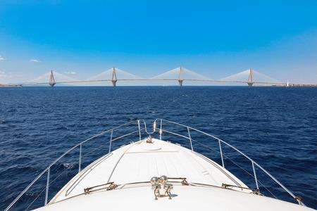 Die Rio Antirrio Brücke oder Charilaos Trikoupis Brücke, Foto vom Boot während der Sommerferien 2018. Horizontal. Standard-Bild