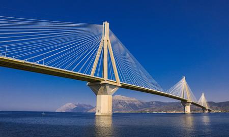 Die Rio Antirrio Brücke oder Charilaos Trikoupis Brücke, Foto vom Boot während der Sommerferien 2018. Horizontal.