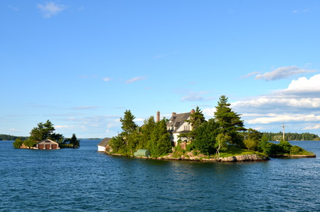 One Island in Thousand Islands Region in fall of New York State, USA 版權商用圖片