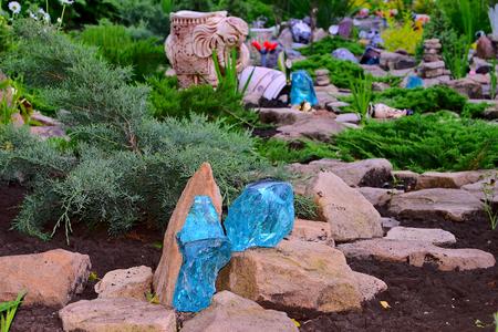 complemento: Jard�n de piedras. Colina artificial o banco construida de tierra y piedras, y las plantas de roca plantados. Muy interesante mirar las plantas vivas entre las piedras silenciosas, si se complementan entre s�.