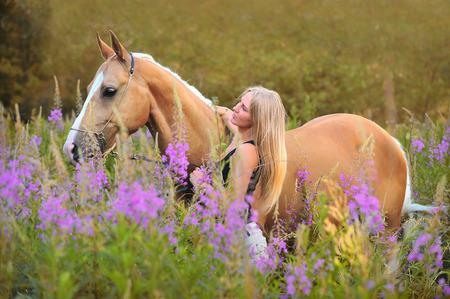 femme et cheval: Femme et le cheval d'or dans l'heure d'été Banque d'images
