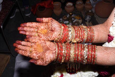 Mehndi auf Brauthänden. Brauthände während der indischen Jätentradition.