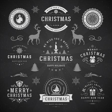 joyeux noel: Joyeux Noël et Bonne Année Souhaits étiquettes typographiques et insignes, décorations ensemble Vintage, objets, symboles et éléments, illustration sur le tableau noir