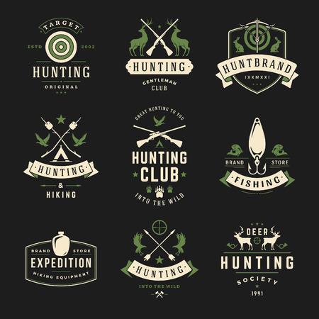 사냥과 낚시 레이블, 배지, 로고 벡터 디자인 요소 빈티지 스타일의 집합입니다. 사슴 머리, 사냥꾼 무기, 숲 야생 동물 및 기타 개체. 광고 헌터 장비.