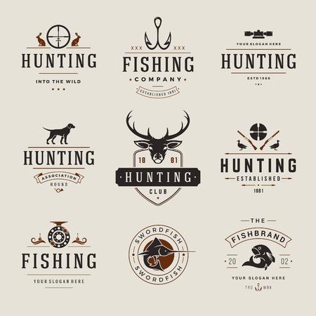 사냥과 낚시 레이블, 배지, 벡터 디자인 요소 빈티지 스타일의 집합입니다. 사슴 머리, 사냥꾼 무기, 숲 야생 동물 및 기타 개체. 광고 헌터 장비.