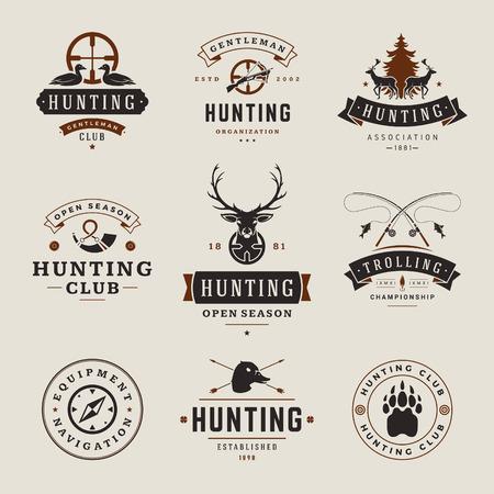 pesca: Conjunto de Caza y Pesca de etiquetas, insignias, de diseño vectorial de estilo vintage Elementos. Pista de los ciervos, armas de cazadores, animales del bosque salvaje y otros objetos. Equipo Hunter Publicidad.