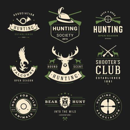 狩猟や釣りのラベル、バッジ、ベクター デザイン要素ビンテージ スタイルのセットです。鹿の頭、ハンターの武器、森林野生動物やその他のオブジ