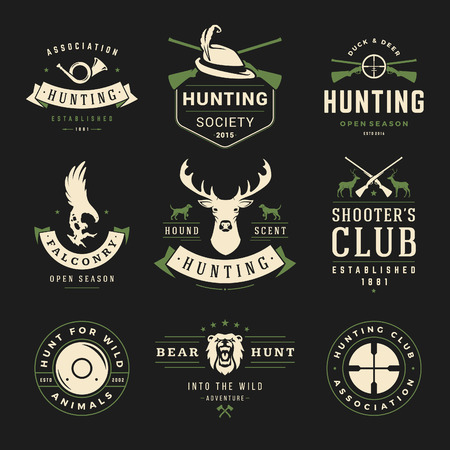 Set van jacht en visserij etiketten, insignes, vector design elementen Vintage stijl. Herten hoofd, jager wapens, bos wilde dieren en andere voorwerpen. Reclame Hunter Equipment.