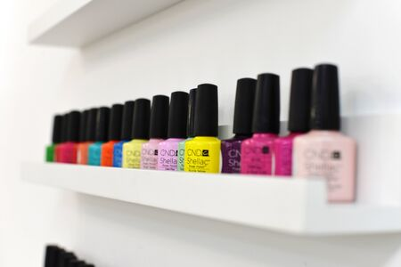 gel for nails polishes bottles, are in the window of the manicurist. Nail polishes are on the shelf. shellac nail color on the shelf. 新聞圖片