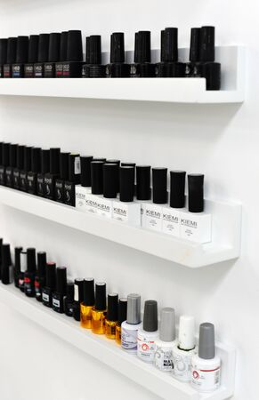 gel nail polish kiemi. Nail polishes are on the shelf. gel for nails polishes bottles, are in the window of the manicurist. 新聞圖片