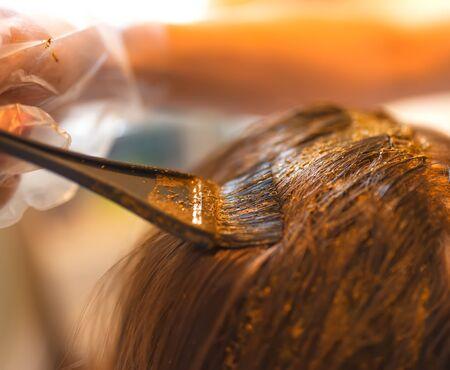 Proceso de coloración del cabello con henna natural. Foto de archivo