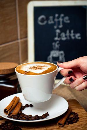 Hand holding kopje koffie