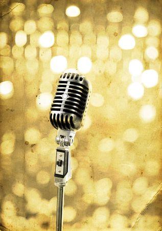 microfono antiguo: Antiguo micr�fono en el escenario retro  Foto de archivo
