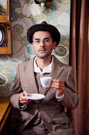 Retro man drinken koffie of thee  Stockfoto