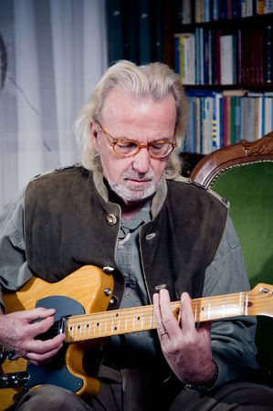 Guitare jeu homme supérieurs  Banque d'images