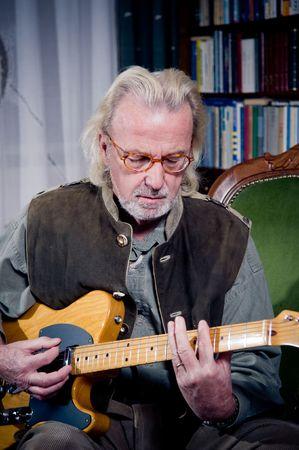 Senior man spelen gitaar  Stockfoto
