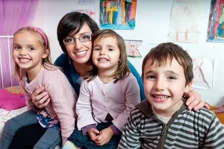 Enfants heureux avec leur mère.