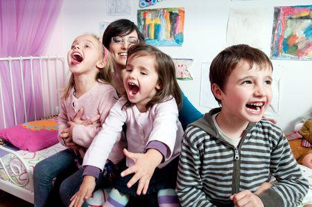 De gelukkige kinderen met hun moeder  Stockfoto