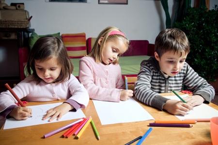 Kinderen tekenen met kleur potloden