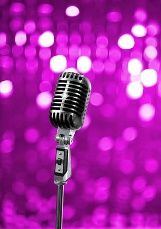 Retro Mikrofon auf lila Bühne Standard-Bild