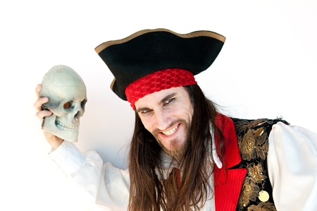 Pirate holding schedel op witte achtergrond  Stockfoto