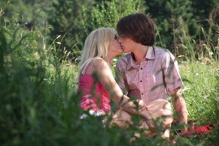 pareja adolescente: Adolescente pareja bes�ndose mutuamente Foto de archivo