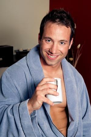 hombre tomando cafe: Guapo beber caf� o t�